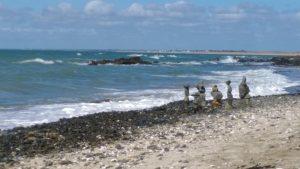 empilements personnages sur la plage