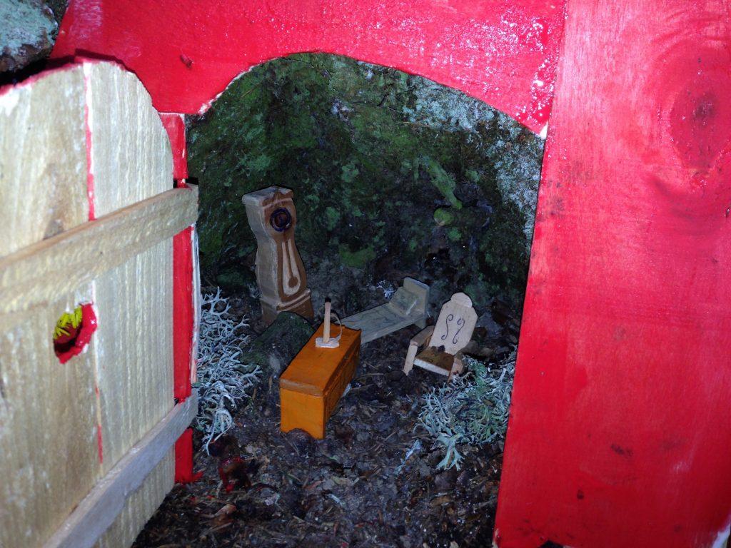 intérieur maison aux lutins rouge romme sur cluses